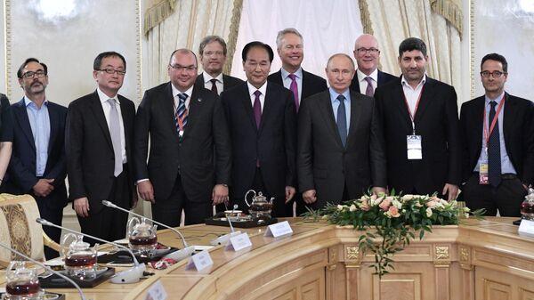 Президент РФ Владимир Путин во время встречи с руководителями и главными редакторами ведущих мировых информационных агентств в рамках ПМЭФ-2019