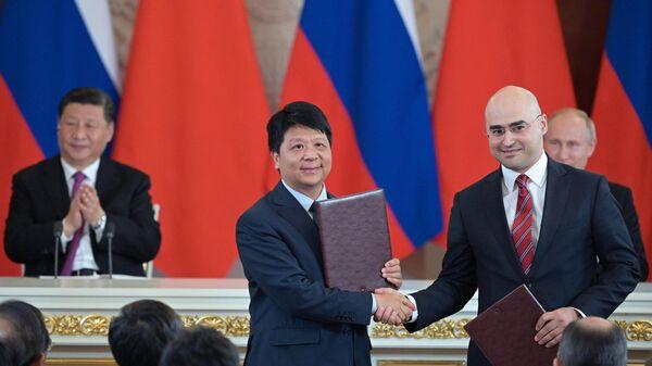 Президент ПАО МТС Алексей Корня и исполнительный генеральный директор Huawei Го Пин на церемонии подписания совместных документов  в Кремле