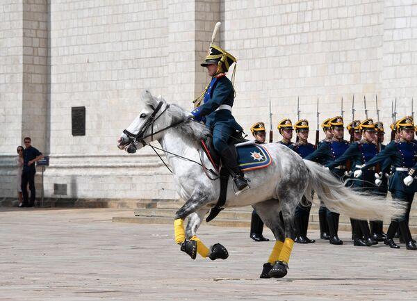 Юный всадник Кремлевской школы верховой езды во время церемонии развода пеших и конных караулов Президентского полка на Соборной площади Московского Кремля