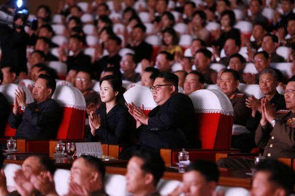 Лидер КНДР Ким Чен Ын с супругой Ли Соль Чжу смотрят на выступление подготовленное женами офицеров Корейской народной армии