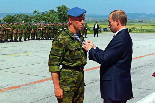 Президент РФ Владимир Путин посетил столицу Югославского края Косово Приштину, где встретился с российским воинским контингентом, находящимся здесь в рамках миротворческой операции ООН