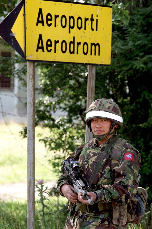 Британский солдат-гуркх на КПП НАТО в Приштине