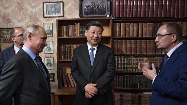 Владимир Путин и председатель КНР Си Цзиньпинь во время посещения Санкт-Петербургского государственного университета на полях ПМЭФ-2019. 6 июня 2019