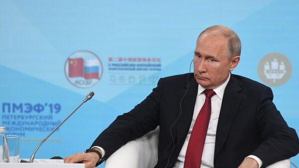Президент РФ Владимир Путин во время встречи с участниками Российско-китайского энергетического форума на полях Петербургского международного экономического форума 2019 . 7 июня 2019