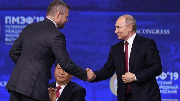 Президент РФ Владимир Путин и премьер-министр Словакии Петер Пеллегрини на пленарном заседании Петербургского международного экономического форума 2019
