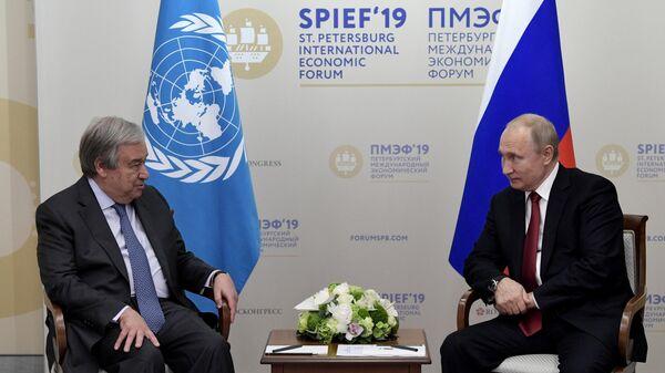 Президент РФ Владимир Путин и генеральный секретарь ООН Антониу Гутерреш во время встречи на полях ПМЭФ-2019