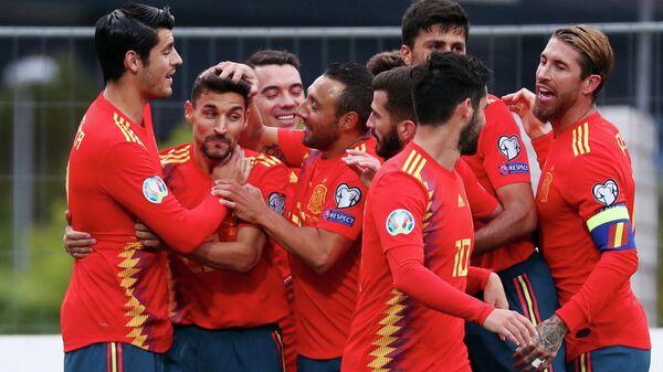 Игроки сборной Испании радуются победе