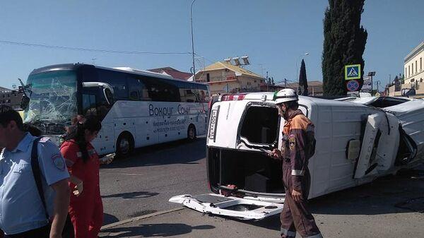 Последствия ДТП с участием  экскурсионного автобуса и микроавтобуса в Адлерском районе Сочи. 9 июня 2019