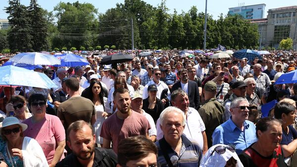 Участники акции протеста против решения Конституционного суда Молдавии назначить исполняющим обязанности главы государства Павла Филипа, у здания правительства Молдавии в Кишиневе. 9 июня 2019