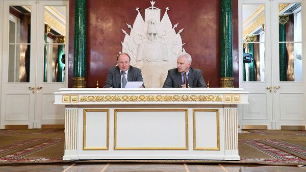 Советник президента РФ по культуре Владимир Толстой и помощник президента РФ Андрей Фурсенко во время объявления лауреатов Госпремии 2018 года в Москве