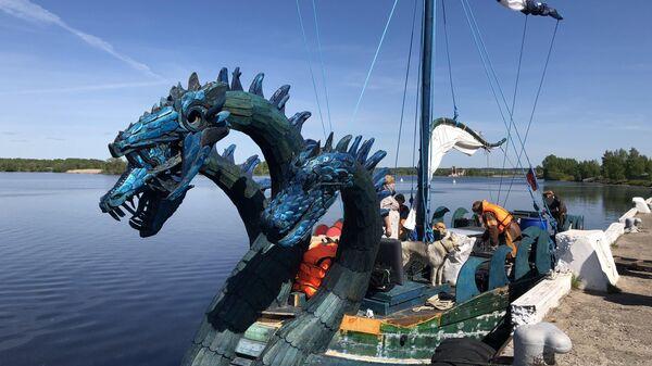 Российская яхту в стиле древнерусской ладьи Змей Горыныч