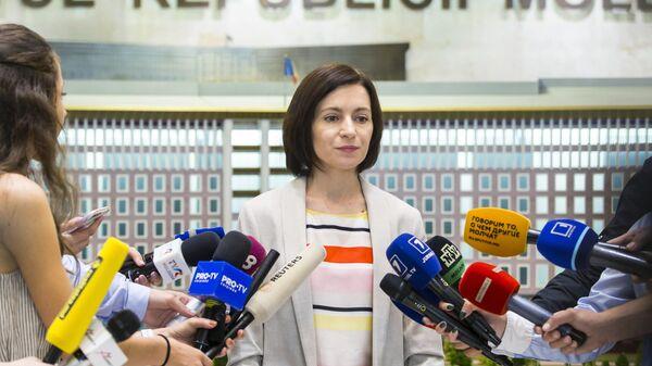 Премьер-министр Молдавии Майя Санду общается с журналистами после заседания кабинета министров в парламенте Молдавии в Кишиневе