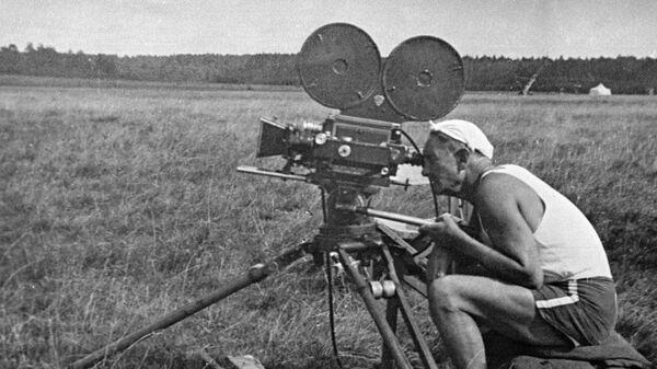 Режиссер, актер, народный артист СССР Всеволод Пудовкин за кинокамерой во время съемок фильма