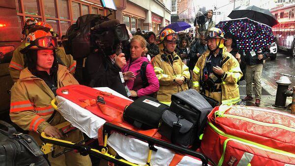 Пожарные службы возле места крушения вертолета в Нью-Йорке