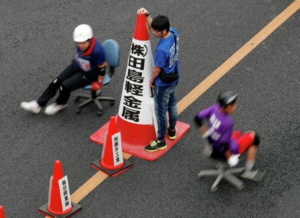 Участники гонки на офисных креслах в Японии