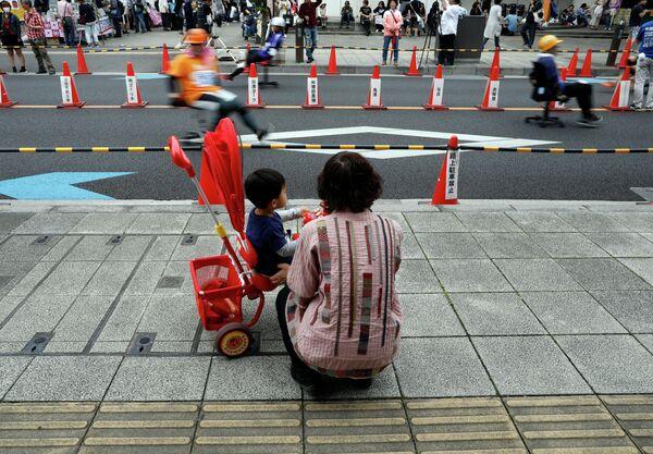 Зрители наблюдают за гонкой на офисных креслах в Японии