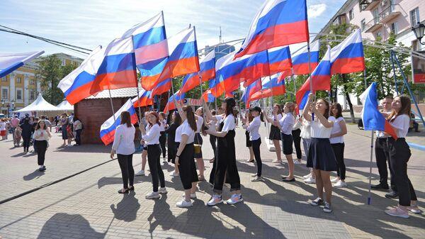 Девушки с флагами на праздновании Дня России в Челябинске