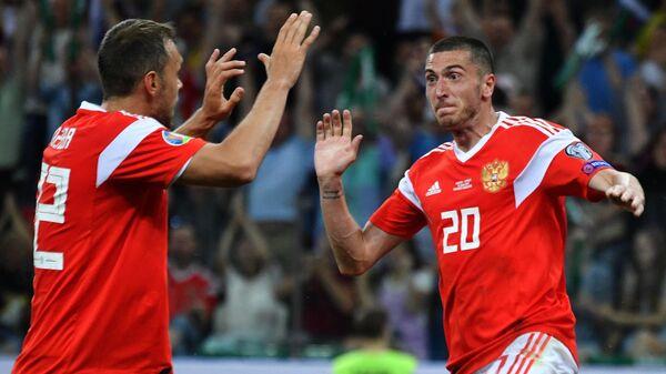 Футболисты сборной России Алексей Ионов (справа) и Артём Дзюба