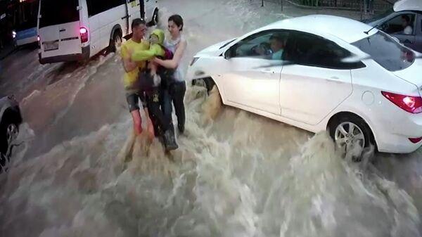 ВСевастополе отыскали героев, которые спасли унесенного потоком воды ребенка