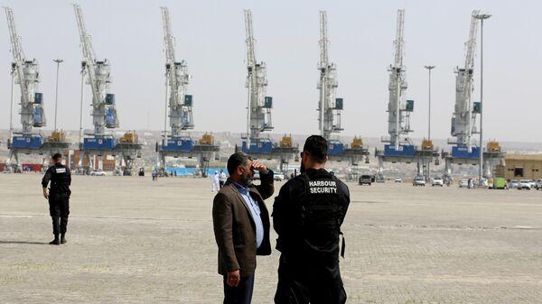 Сотрудники службы безопасности порта Шахид-Бехешти в Оманском заливе