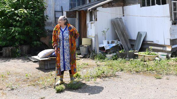 Мария Киреевна во дворе своего дома