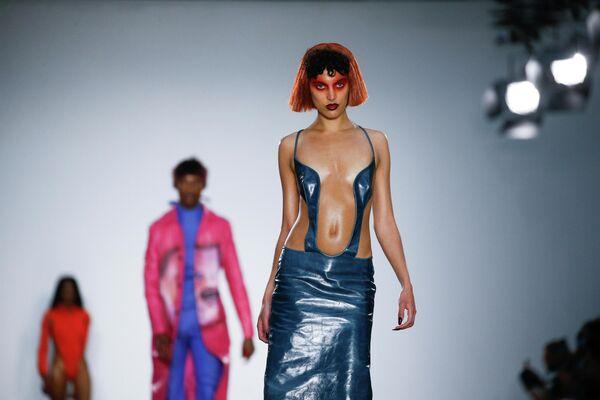 Модель во время дефиле Fashion East на Неделе моды в Лондоне, Великобритания