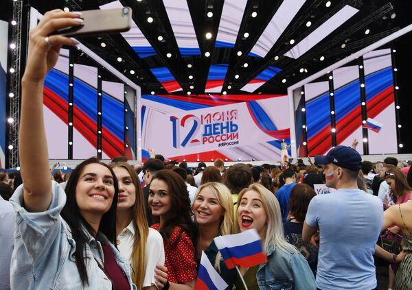 Девушки на праздничном концерте на Красной площади по случаю празднования Дня России