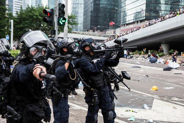 Полицейские во время акции протеста жителей Гонконга против поправок к закону об экстрадиции