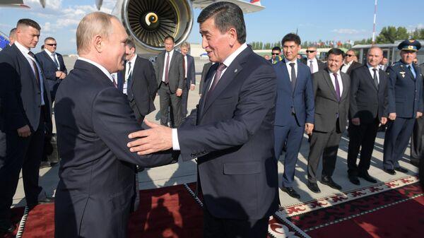 Владимир Путин и президент Киргизии Сооронбай Жээнбеков во время церемонии встречи в аэропорту Бишкека. 13 июня 2019