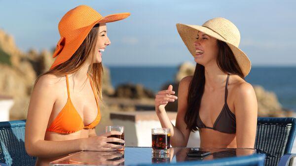 Девушки общаются в кафе