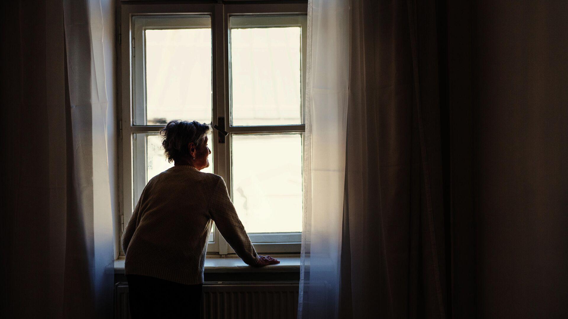Пожилая женщина у окна - РИА Новости, 1920, 30.09.2020