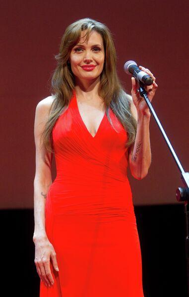Американская актриса Анджелина Джоли на премьере фильма Солт, которая состоялась в кинотеатре Каро Фильм Октябрь.