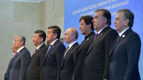 Президент РФ Владимир Путин на церемонии совместного фотографирования глав государств – членов ШОС   в государственной резиденции Ала-Арча в Бишкеке