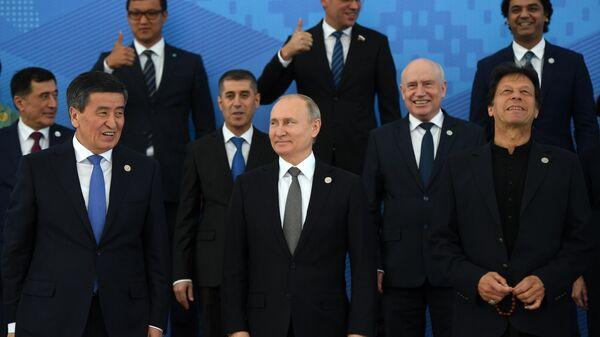 Президент РФ Владимир Путин на церемонии фотографирования глав государств - членов ШОС в Бишкеке