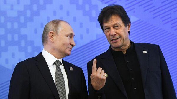 Владимир Путин и премьер-министр Пакистана Имран Хан на церемонии совместного фотографирования глав государств – членов ШОС перед началом заседания   в государственной резиденции Ала-Арча в Бишкеке. 14 июня 2019