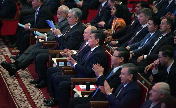 Президент РФ Владимир Путин перед началом гала-концерта по случаю проведения заседания Совета глав государств-членов Шанхайской организации сотрудничества (ШОС)