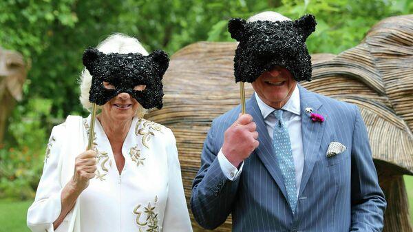 Британский принц Чарльз с супругой Камиллой в масках на Elephant Family Animal Ball