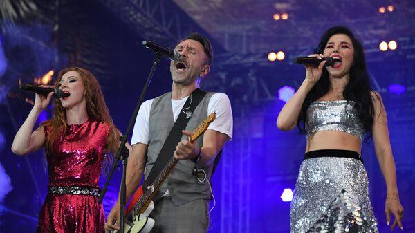 Группировка Ленинград Сегей Шнуров выступает на концерте на стадионе Открытие Арена в Москве