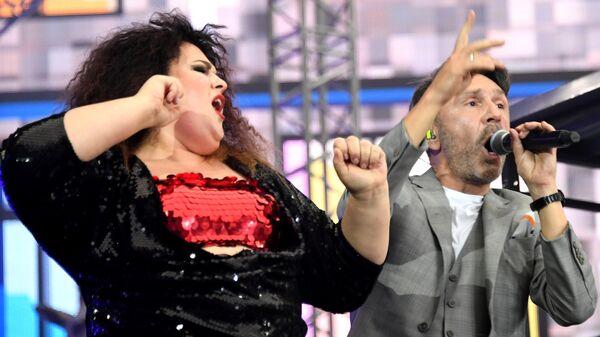 Виктория  Кузьмина и Сегей Шнуров из Группировки Ленинград выступает на концерте на стадионе Открытие Арена в Москва