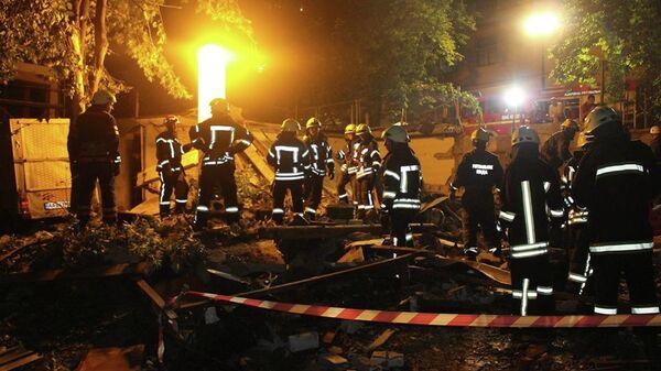 Сотрудники службы спасения Украины на месте взрыва газа на пересечении улиц Бульварная-Кудрявская и Тургеневской в Киеве. 15 июня 2019