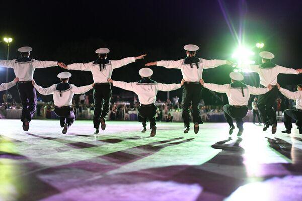 Выступление артистов на VI Международном Большом Севастопольском Офицерском Балу на площади Михайловской Береговой батареи
