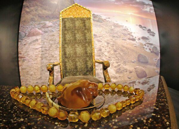 Украшения из янтаря и янтарный трон, представленные на открытии демонстрационного выставочного зала янтарного комбината Янтарная палата, в поселке Янтарный Калининградской области.