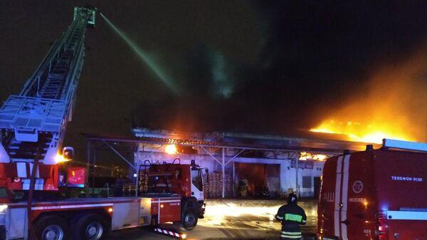 На севере Москвы загорелся склад