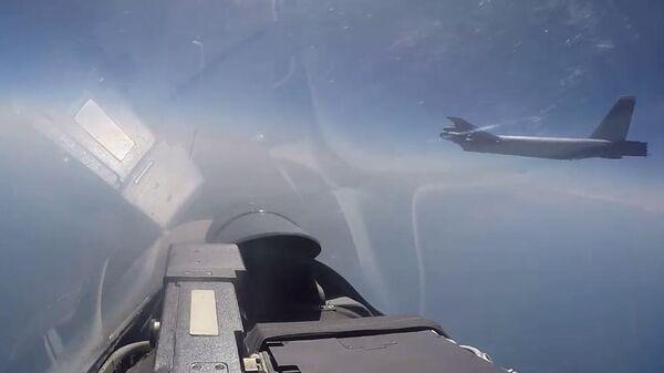 Российский истребитель Су-27 во время перехвата американского бомбардировщика В-52Н