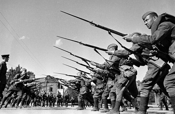 Обучение бойцов перед отправкой на фронт. Казармы Н-ского полка им. Ворошилова. Москва, август 1941 год