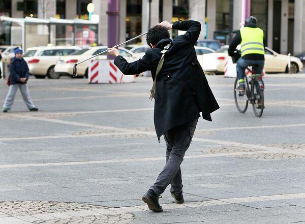 Китайский турист снимает селфи перед Старой оперой во Франкфурте, Германия