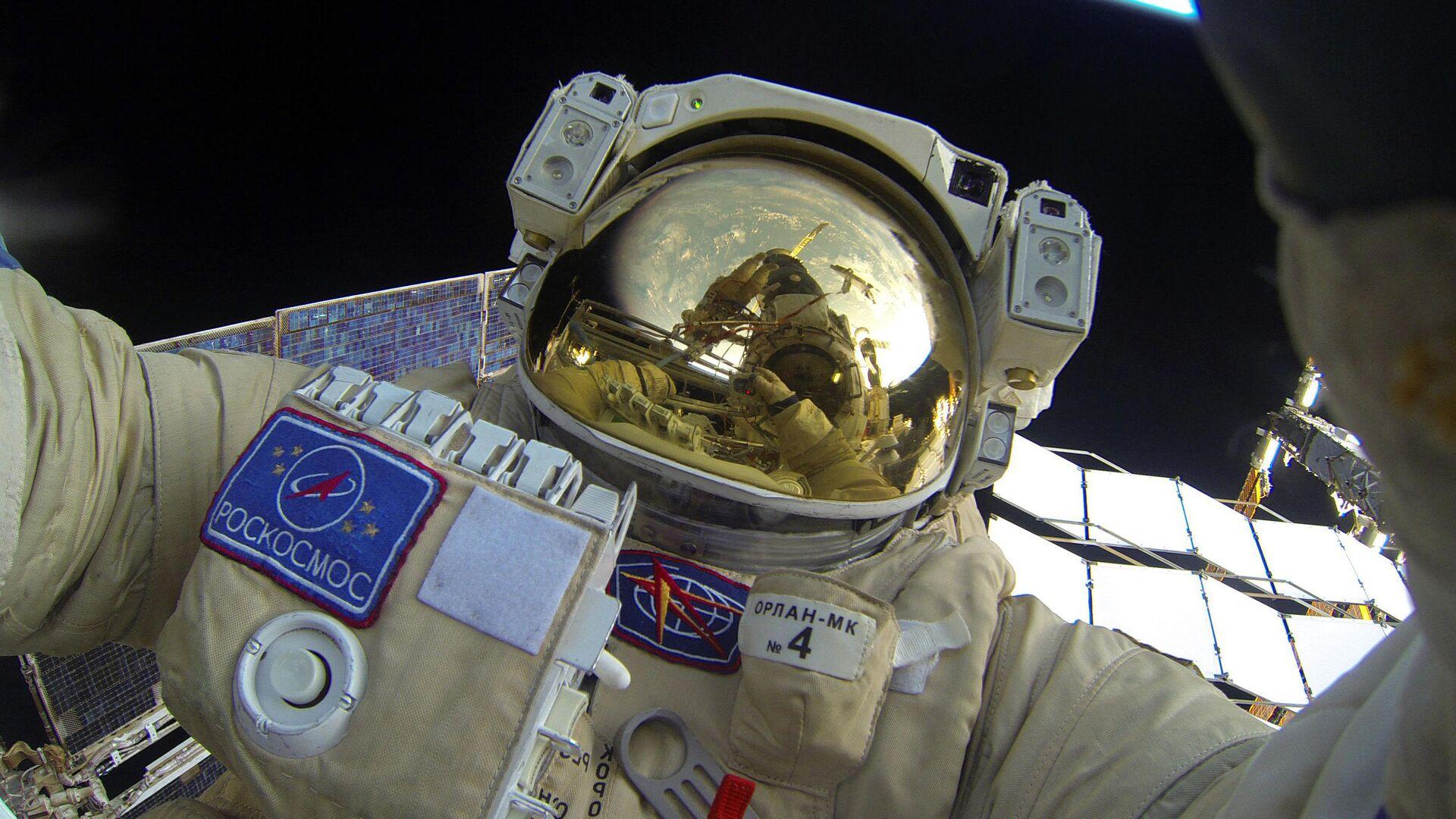 Селфи Юрия Маленченко во время выхода в открытый космос - РИА Новости, 1920, 15.07.2021