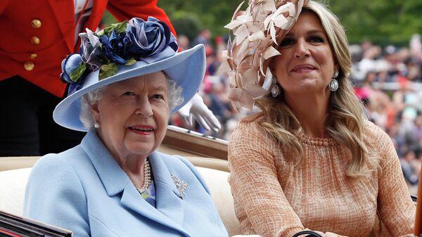 Королева Великобритании Елизавета II и королеваа-консорт Нидерландов Максима прибывают на ежегодные королевские скачки в Аскоте