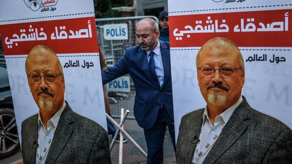 Плакаты с фотографией журналиста Джамаля Хашукджи у консульства Саудовской Аравии в Стамбуле