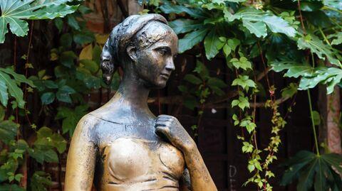 Статуя Джульетты Капулетти во дворе дома в Вероне, Венето